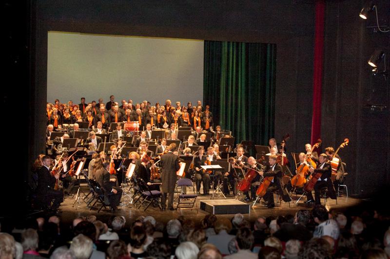 """Chor und Neue Lausitzer Philharmonie mit """"Magnificat"""" im Theater Zittau am 20.04.2013"""